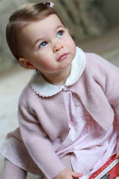 Кенсингтонский дворец выложил новые фото принцессы Шарлотты