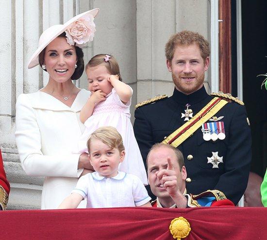 Принцесса Шарлотта и принц Джордж стали главными героями «балконного шоу»