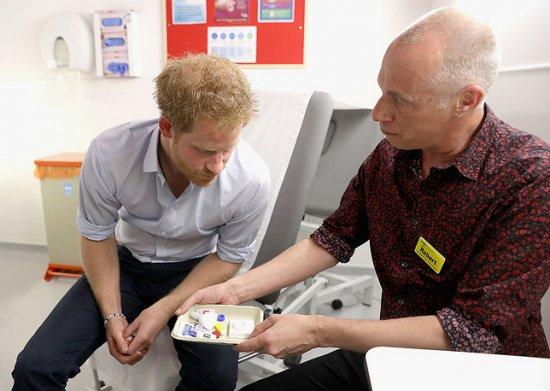 Принц Гарри сдал тест на ВИЧ в прямом эфире на Facebook