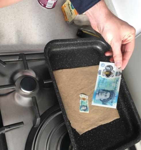 Британцы обнаружили, что пластиковые фунты скукоживаются от жары