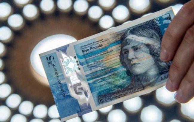 В Великобритании поступили в обращение пятифунтовые пластиковые банкноты с макрелью
