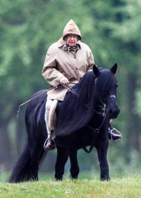 91-летняя Елизавета II снова оседлала коня