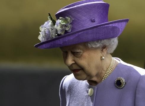 Королева Елизавета II запретила принцу Гарри брать в жены актрису-разведенку из Канады