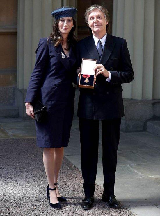 Елизавета II наградила Пола Маккартни Орденом кавалеров Почета